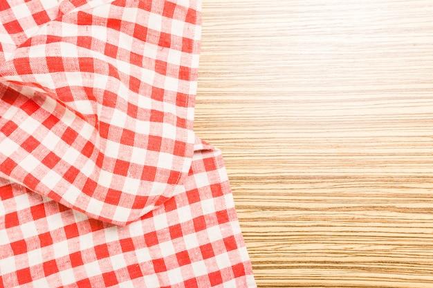 Het geruite tafelkleed op houten tafel Premium Foto