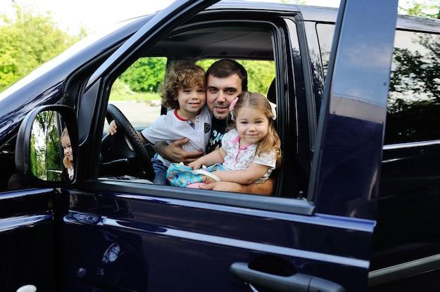 Het gezin gaat op reis met een minivan Premium Foto