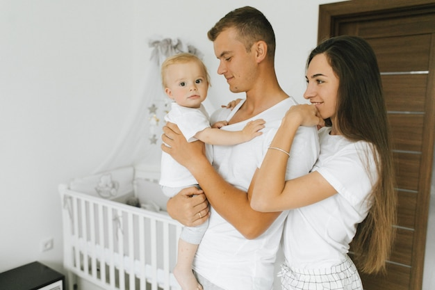 Het gezin geniet van het bij elkaar blijven in hun huis Gratis Foto