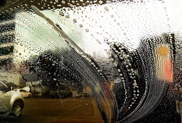 Het glas van de auto reinigen Gratis Foto