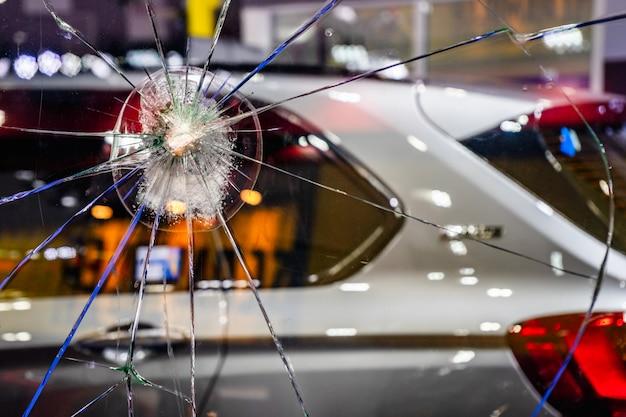 Het glas van de neerstortingruit voor auto. het gebroken en beschadigde vensterglas van een autoconcept. Premium Foto