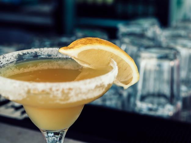 Het glas van het gewas van gele drank Gratis Foto
