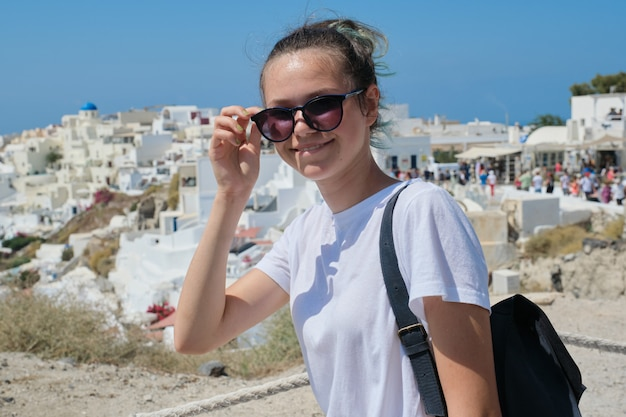 Het glimlachen tiener het stellen op het eiland santorini, van oia, griekenland Premium Foto