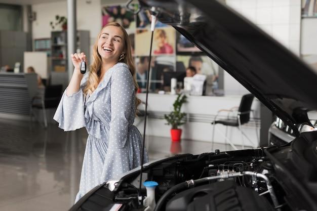 Het glimlachen van de autosleutels van de blondevrouw Gratis Foto