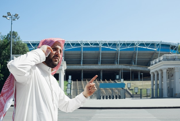 Het glimlachen van rijke arabische man het kopen onroerende goederen in de stad Gratis Foto