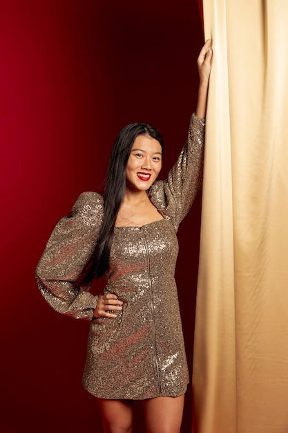Het glimlachen vrouw het stellen in elegante kleding voor chinees nieuw jaar Gratis Foto