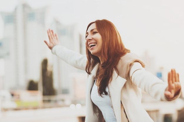 Het glimlachende meisje lopen met dient lucht in openlucht in. Premium Foto