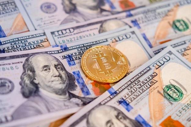 Het gouden bitcoinmuntstuk op ons dollars sluit omhoog. btc. bitcoin contant. Premium Foto