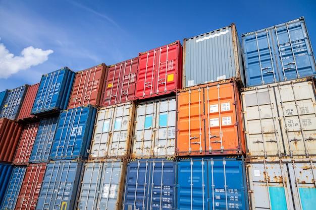 Het grondgebied van de werf van de containervracht: veel metalen containers voor het opslaan van goederen van verschillende kleuren Premium Foto