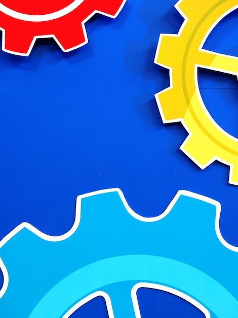 Het grote tandwiel rijdt motortoestel rijdt blauwe achtergrond, industriële achtergrond Premium Foto