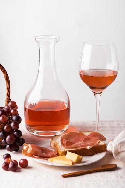 Het heerlijke close-up van wijn proevende elementen Gratis Foto
