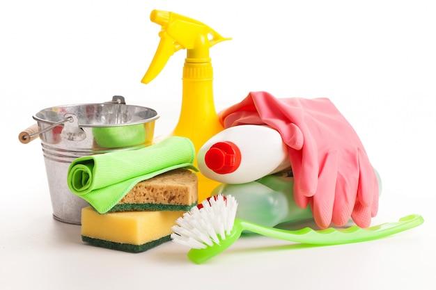 Het heldere kleurrijke schoonmaken plaatste op een houten lijst Gratis Foto