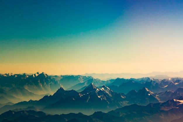 Het himalayagebergte op het tijdstip van zonsondergang Premium Foto