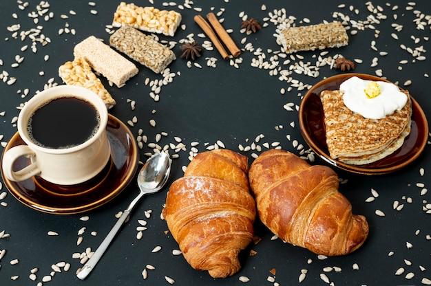 Het hoge assortiment van het hoekkorrelvoedsel met koffie op duidelijke achtergrond Gratis Foto