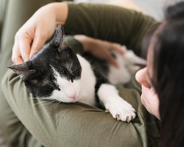 Het hoge hoekvrouw spelen met katje Premium Foto