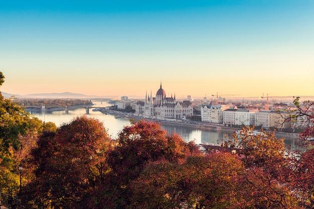 Het hongaarse parlementsgebouw op zonsopgang Premium Foto