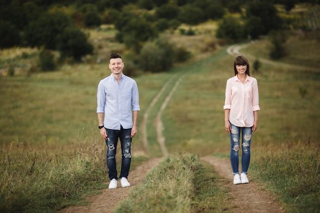 Het houden van van jong paar heeft in openlucht pret. liefde en tederheid, dating, romantiek, familieconcept. selectieve aandacht. Premium Foto