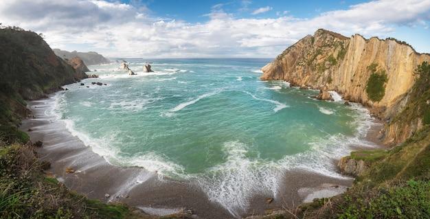 Het idyllische landschap van het kustlijnpanorama in cantabric overzees, playa del silencio, asturias, spai Premium Foto