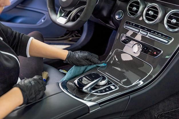 Het interieur van een luxe auto schoonmaken met behulp van chemie met nanotechnologie Premium Foto