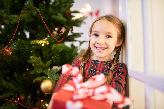 Het is tijd om kerstcadeautjes te openen Premium Foto