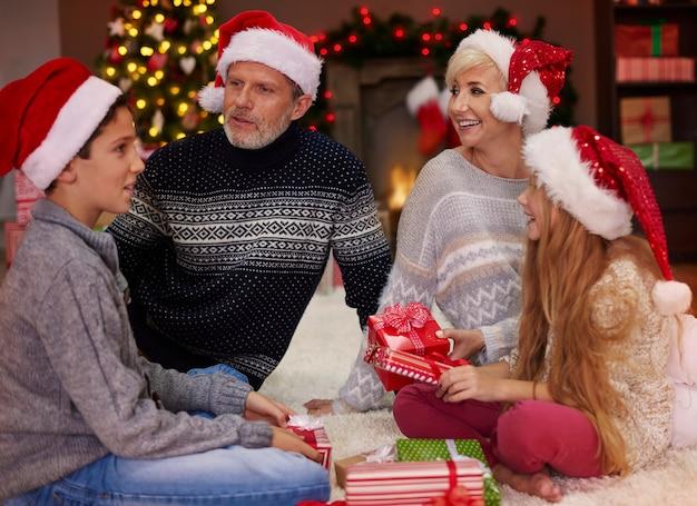 Het is tijd voor het uitwisselen van kerstcadeaus Gratis Foto