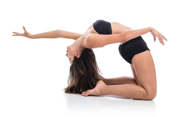Het jonge balletdanser stellen over witte achtergrond Premium Foto