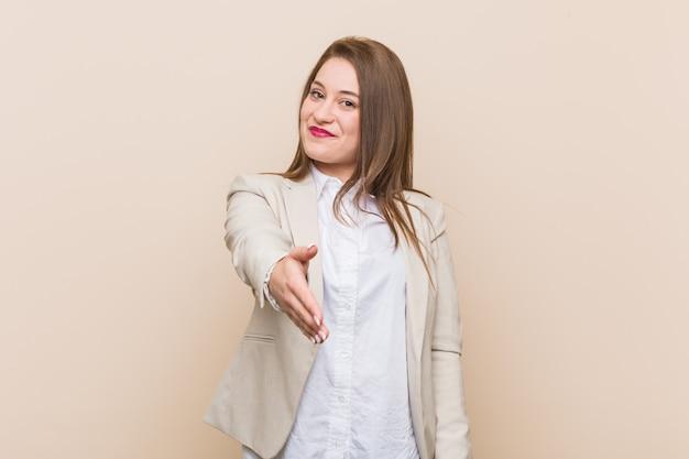 Het jonge bedrijfsvrouw uitrekken zich dient groetgebaar in. Premium Foto