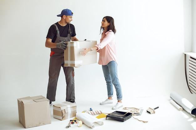 Het jonge en schattige gezin repareert de kamer Gratis Foto