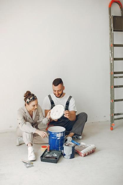 Het jonge en schattige paar repareert de kamer Gratis Foto