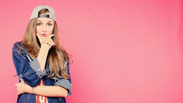 Het jonge ernstige tienervrouw zeker kijken Premium Foto