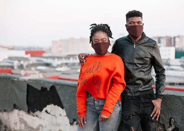 Het jonge jongen en meisjes stellen met gezichtsmaskers Gratis Foto