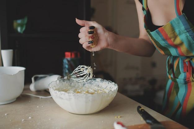 Het jonge meisje bereidt dessert voor Gratis Foto