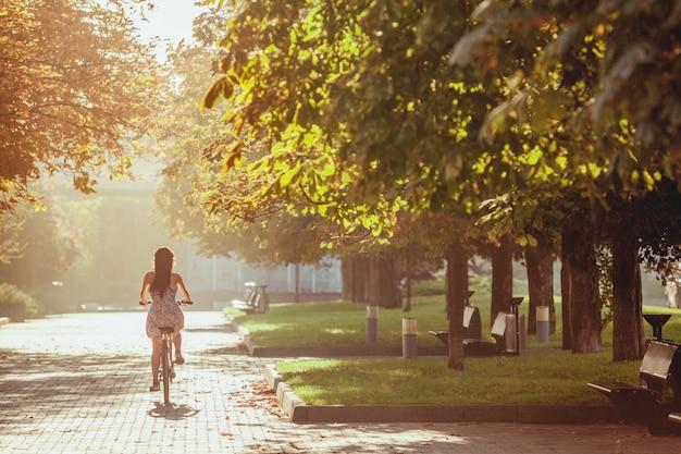 Het jonge meisje met fiets in park Gratis Foto