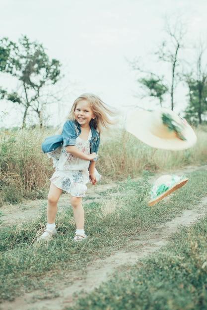 Het jonge meisje op groen gras Gratis Foto