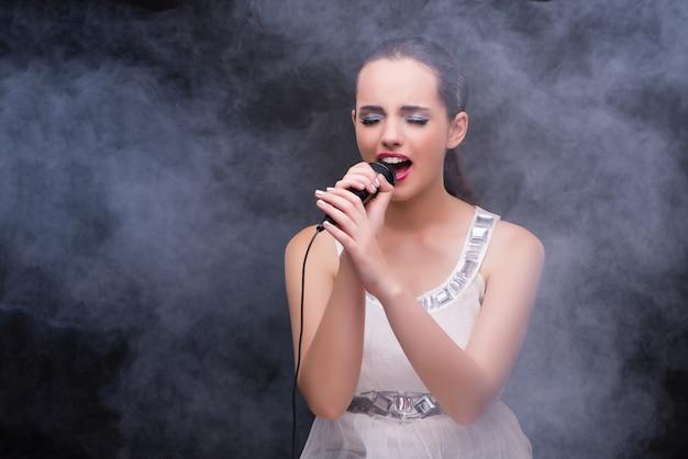 Het jonge meisje zingen in karaokeclub Premium Foto