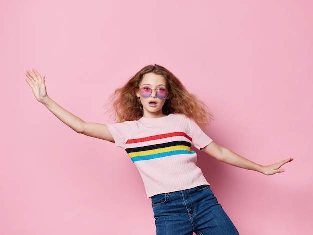 Het jonge meisjeskind stellen in modieuze kleren Premium Foto