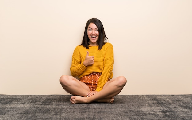 Het jonge mexicaanse vrouw geven duimen op gebaar Premium Foto