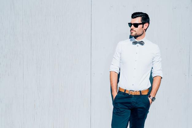 Het jonge moderne zakenman stellen Premium Foto