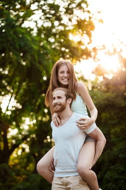 Het jonge mooie paar rusten, lopend in park, glimlachen, die zich in openlucht verheugen Gratis Foto