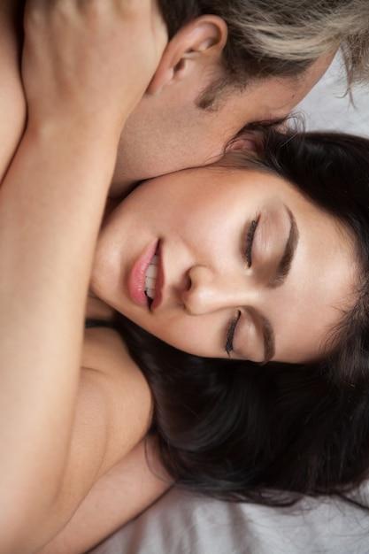 Het jonge paar die liefde maken die van hartstochtelijk geslacht genieten, sluit omhoog mening Gratis Foto
