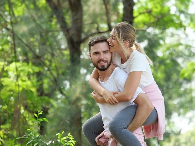 Het jonge paar ontspant in de stemming van de tuinliefde Premium Foto