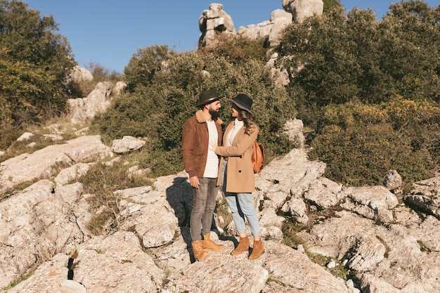 Het jonge paar stellen in een berglandschap Gratis Foto