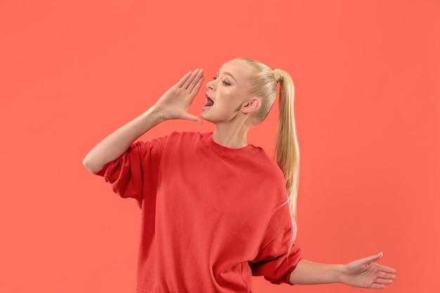 Het jonge toevallige vrouw schreeuwen. Gratis Foto