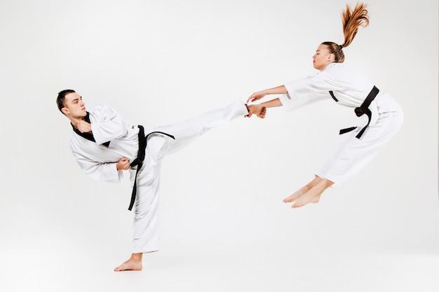 Het karatemeisje en de jongen met zwarte riemen Gratis Foto