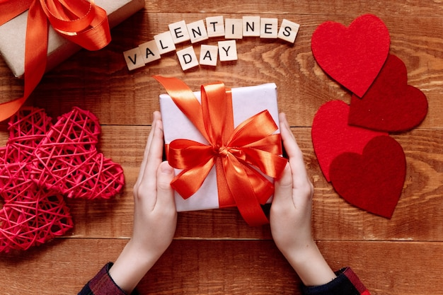 Het kind geeft moederdag of valentijnsdag cadeau. project van de creativiteit van kinderen, handwerk, knutselen voor kinderen. Premium Foto