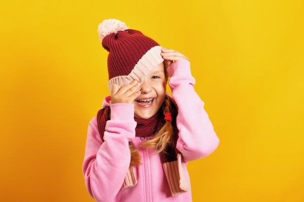 Het kind gluurt onder de hoed vandaan. Premium Foto