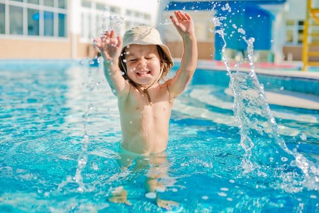 Het kind speelt in het kinderbad Premium Foto