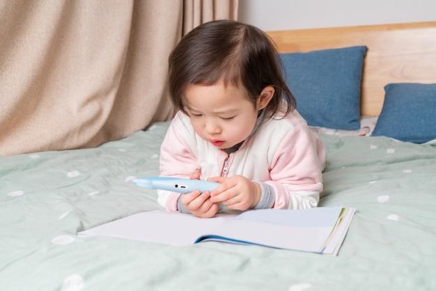 Het kleine meisje las in bed Premium Foto