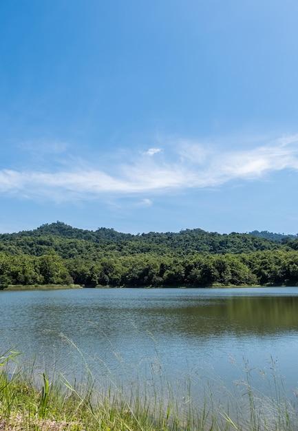 Het kleine, rustige meer van het stuwmeer ligt in een vallei. Premium Foto