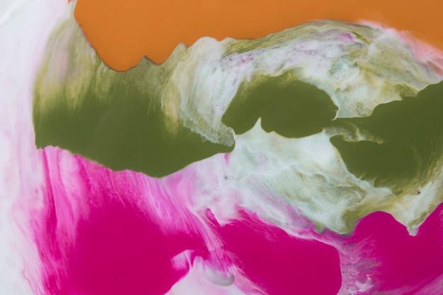 Het kleurrijke abstracte schilderen op wit behang Gratis Foto